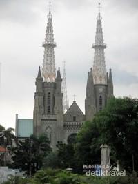 Bersebelahan dengan Gereja Katedral Jakarta