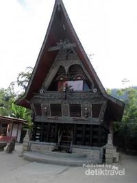 Gedung museumnya berbentuk Rumah Adat Batak Toba