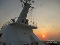 Selain memiliki banyak hiburan yang memanjakan penumpang selama berlayar, di kapal kita juga menikmati sunrise dan sunset yang tak terlupakan.