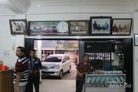 Sederet foto pejabat negara yang di pajang di Sate Mak Syukur