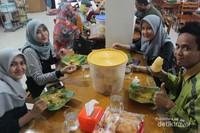 Senyum para wisatawan sedang menikmati tiap tusuk Sate Mak Syukur