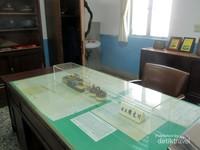 Di sini juga ada perlengkapan kantor stasiun kereta api seperti meja kepala stasiun.