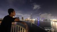 Saya menyaksikan lanskap Kota Kaohsiung di kala malam dari Selat Cijin, selat kecil yang memisahkan Pulau Cijin dengan Kota Kaohsiung.