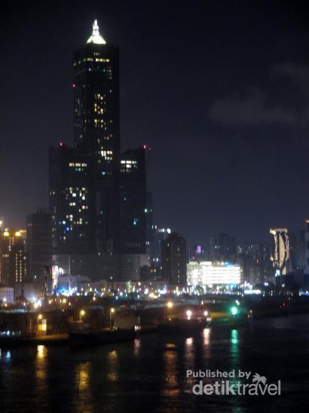 Terlihat pemadangan Kota Kaohsiung dengan gedung-gedung tinggi pencakar langitnya yang ikonik dengan arsitektur-arsitektur yang indah.