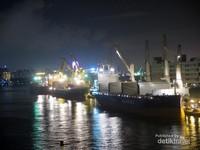 Di sisi yang lain, kapal-kapal yang ada di pelabuhan Kaohsiung baik kapal yang besar maupun kapal yang kecil juga terlihat disinari cahaya lampu-lampu kapal.
