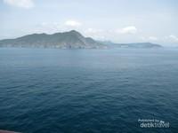 Di ujung selatnya berjejer pula pulau-pulau kecil yang cantik.