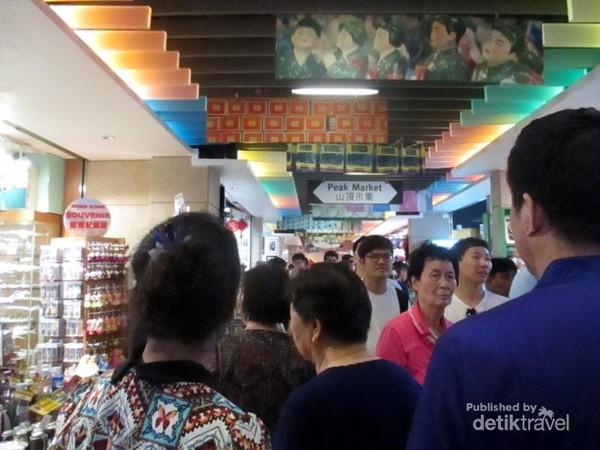 Peak Market adalah salah satu pusat suvenir yang menjual berbagai cinderamata di Peak Tower, Victoria Peak, Hong Kong