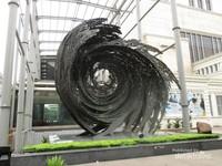 Di bagian depan museum ini terdapat satu karya seni berupa patung tembaga berbentuk pusaran air dengan orang-orang yang terlihat hanyut di dalam pusaran tersebut