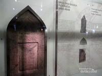 Ada pula nisan-nisan Islam yang merupakan bukti masuk dan berkembangnya agama Islam di Indonesia sejak ratusan tahun yang lalu