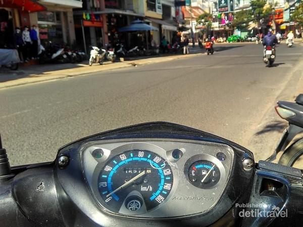 Sulitnya mengendarai motor di sisi jalan yang