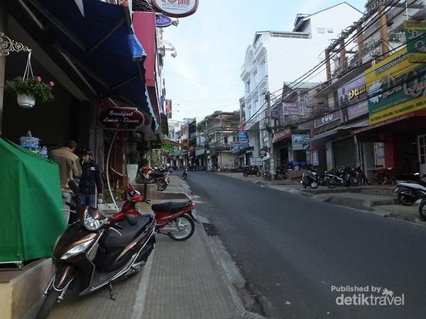Suasana jalanan Dalat, terasa sepi karena masih sangat pagi