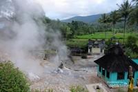 Di dekat kaki gunung juga ada sumber air panas yg selalu ramai oleh penduduk yang ingin mandi air panas.