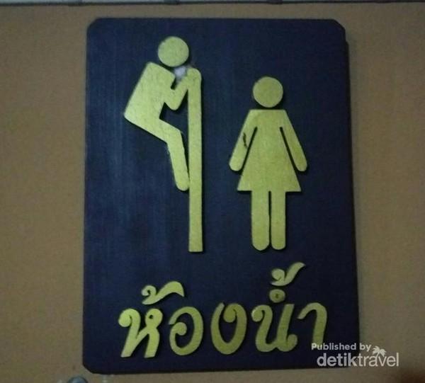 Kalau sedang liburan ke Thailand dan lihat tanda ini di WC, hati-hati ya. Jangan sampai ada orang iseng mengintip kita di kamar mandi.