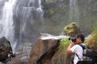 Bagi yang hobi fotografi, air terjun ini cocok jadi objek.
