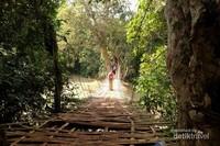 Ada jembatan bambu yg instagramable juga di atas sungai.