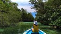 Menyusuri Pulau Bair dengan perahu