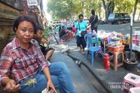 Keluarga lagi makan Lapangan Puputan Badung
