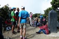 Para pendaki beristirahat sejenak di puncak Gunung Gede.