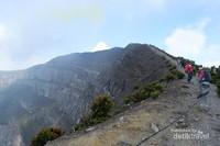 Perjalanan menuju puncak dari jalur Cibodas.