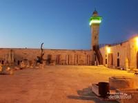 Sebelah kiri Masjidil Aqsa terdapat halaman kosong yang berisi batu-batu yang umurnya ribuan tahun