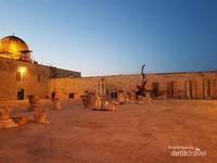 Berbeda dengan Masjid Nabawi dan Masjidil Haram yang sangat ramai, di Masjidil Aqsa bisa dibilang relatif sepi. Jika traveler diberi kesempatan datang kesini, seolah-olah kita dibawa hidup di zaman Nabi