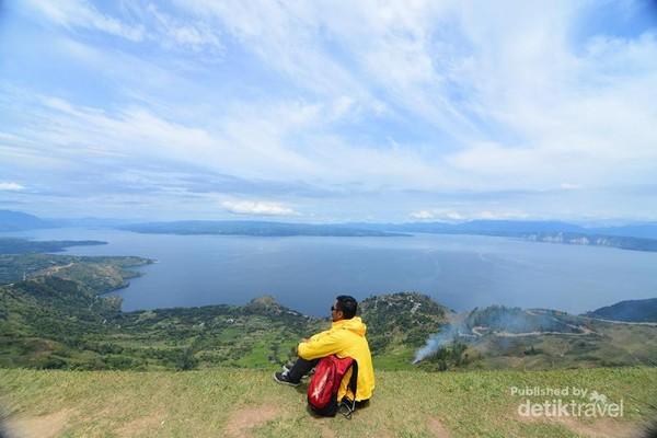 Cocok untuk berkontemplasi menikmati indahnya danau Toba.
