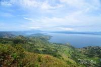 Pulau Samosir terlihat dari kejauhan.