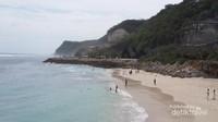 Pasir pantainya bersih dengan air laut jernih dilatar belakangi tebing-tebing indah. Paket lengkap Pantai Melasti. Tidak heran sering dipakai buat sesi foto pre-wedding