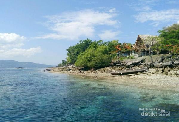 Pulau Kepa dengan dua cottage di tepi pantai yang cocok bagi beach hunter