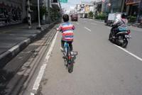 Bersepeda menikmati kota. Asyik juga. namun mesti hati hati jika dengan anak - anak, mesti pengawasan yang ekstra dari orang tua.
