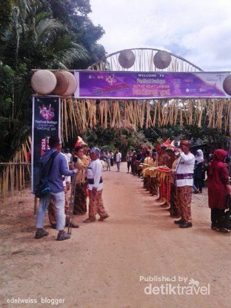 Festival Budaya Desa Kedang Ipil dimulai dengan acara tepong tawar bagi semua tamu wisatawan. seluruh ketua adat, kepala desa dan pagar ayu menyambut wisatawan dengan memberi tepung bedak di pipi wisatawan sambil mengikat gelang etnik dari buluh kayu.