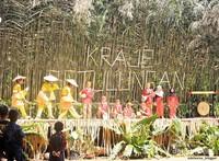 banyak tari dari Suku Kutai adat lawas ditampilkan disini. kisah yang diceritakan dalam bentuk tari, seperti kebiasan hidup agraris suku Kutai adat lawas.