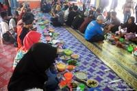 Beseprah. makan bersama dalam bahasa Kutai. selama acara festival budaya Desa Kedang Ipil, kita makan beseprah 3 kali dalam sehari. menu makanan yang disajikan adalah makanan khas Desa Kedang ipil.