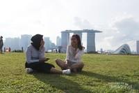 Chit chat seru bersama teman di sambil menikmati landscape Singapore di Marina Barrage