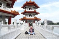 Menikmati keindahan Twin Pagoda di Chines Garden