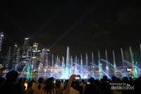 Menonton pertunjukan Laser Show di Marina Bay Sands