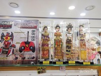 Mereka menjual juga boneka dengan pakaian adat Indonesia.