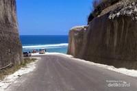 Pantai Pandawa diantara tinggi nya tebing-tebing batu.