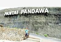 Tulisan PANTAI PANDAWA ini menjadi salah satu spot favorit untuk ber foto.