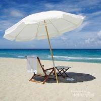 Kursi kayu yang dilengkapi payung yang banyak kita jumpai di Pantai Pandawa.