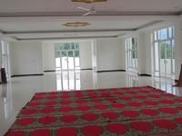 Bagian dalamnya cukup luas dan terdiri dari tiga lantai