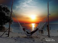 Berayun di Hammock sambil menikmati hembusan angin pantai dan melihat indahnya Sunset
