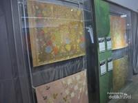 Beraneka macam jenis batik dari seluruh penjuru nusantara ada di museum ini