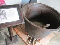 Terdapat juga alat tradisional untuk melunturkan lilin