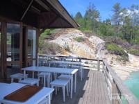 Tempat duduk outdoor sambil menikmati pemandangan danau