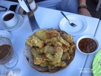 Pisang dan ubi goreng, cemilan mantap sambil bersantai ditambah sambal khas Manado