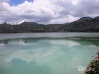 Danau ini dapat berubah 3 warna karena unsur belerang dan pantulan sinar matahari