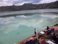 Indahnya Danau Linow dilihat dari restoran