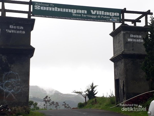 gerbang masuk ke desa wisata Sembungan