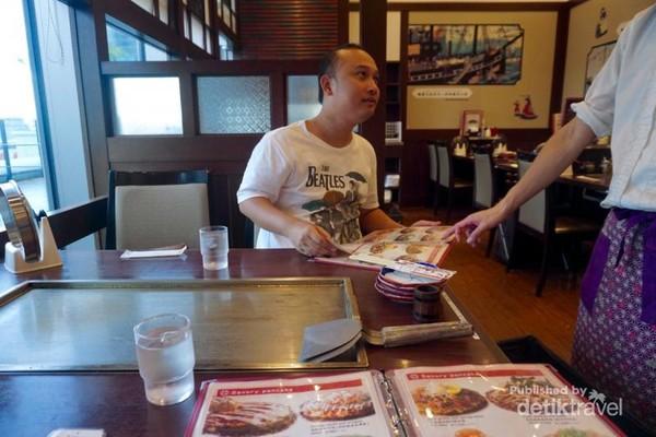 Setiap meja terdapat satu pan untuk memasak Okonomiyaki dan juga Teppanyaki